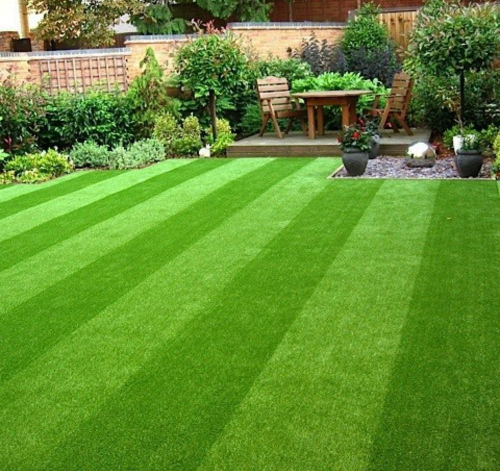 Artificial grass with stripes